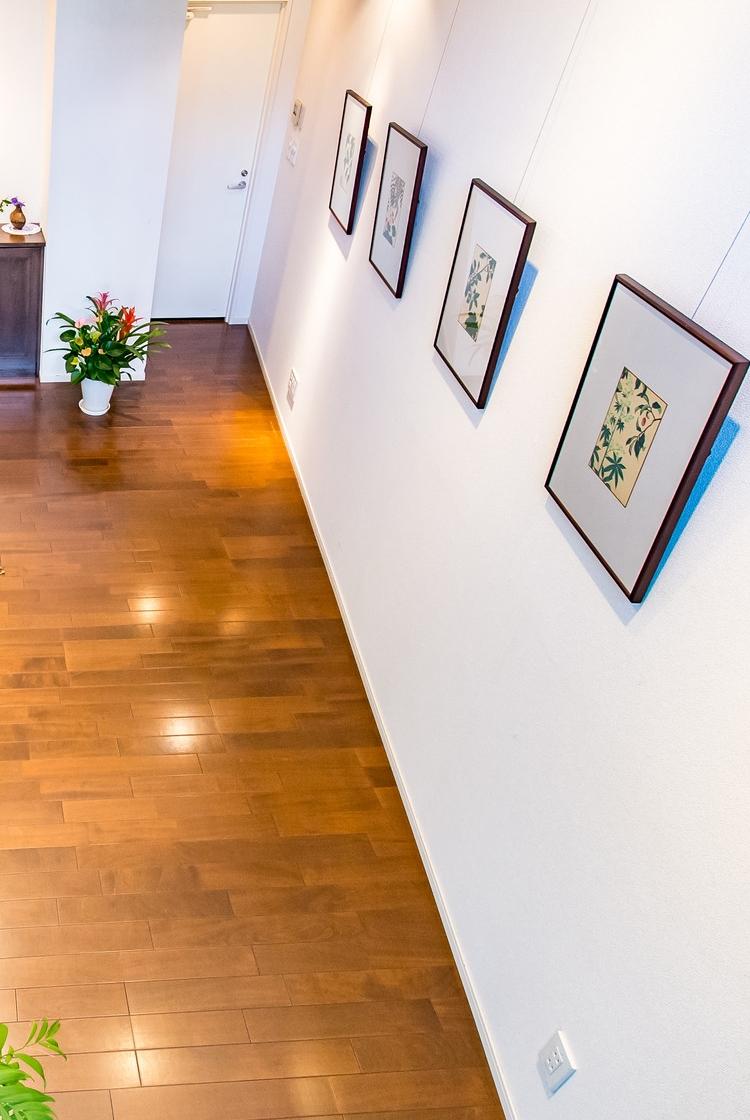 クリニック内には絵画ギャラリーを併設アートを通じて患者様が少しでも穏やかな気分になるように